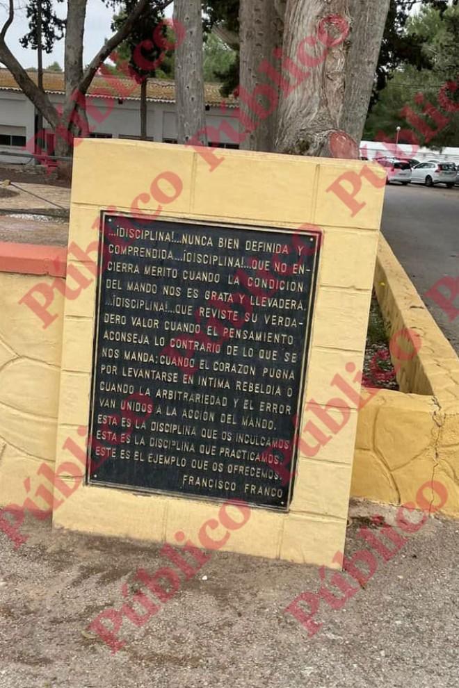Placa con 'enseñanzas' de Franco situada en el Regimiento de Artillería Antiaérea Nº73.