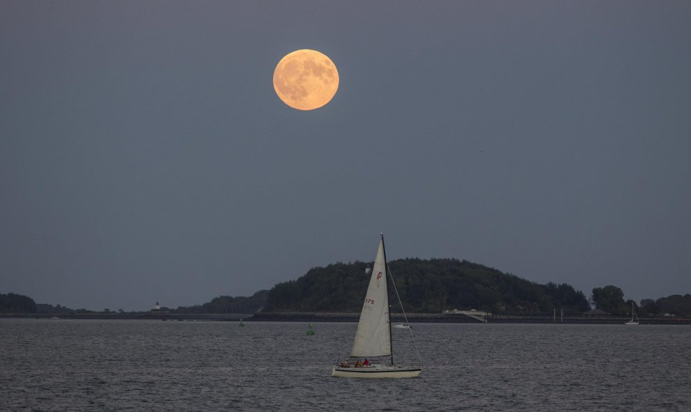 La superluna, desde el puerto de Boston (EEUU). Scott Eisen / GETTY IMAGES NORTH AMERICA / AFP