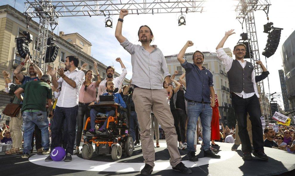 El líder de Podemos Pablo Iglesias (c) participa en la Puerta del Sol de Madrid en la concentración convocada en favor de las mociones de censura contra el jefe del Ejecutivo, Mariano Rajoy, y la presidenta de la Comunidad de Madrid, Cristina Cifuentes. E