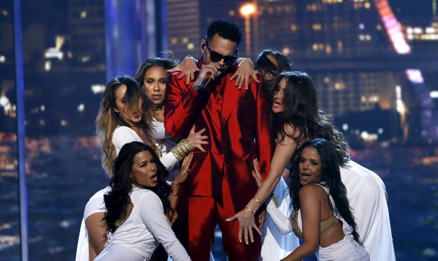 El cantante Chris Brown interpretó 'Fun' en el escenario de los Premios Billboard en Las Vegas, Nevada./ REUTERS/Mario Anzuoni