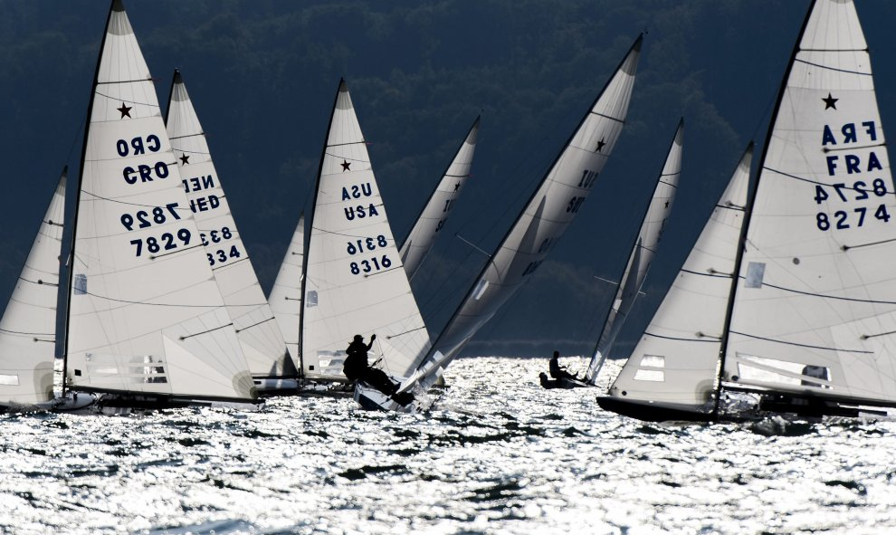 Veleros participan en la ronda de clasificación del SSL Lake Grand Slam, incluido en la Star Sailors League, en el lago Neuchatel en Grandson (Suecia), hoy 9 de septiembre de 2015./EFE/Jean-Christophe Bott