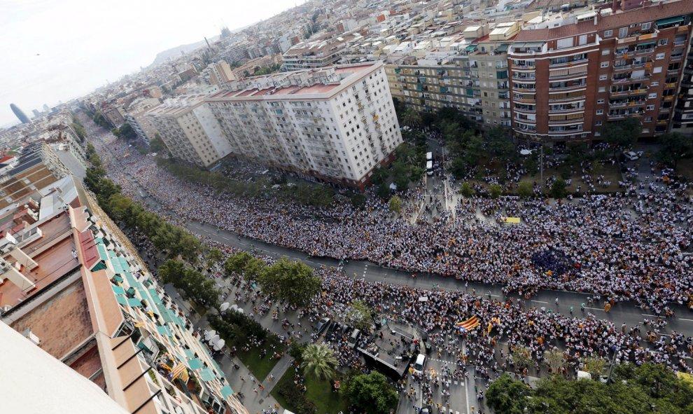 Miles de personas esperan en la avenida Meridiana de Barcelona el comienzo de la Via Catalana, la gran manifestación por la Diada de Cataluña. REUTERS