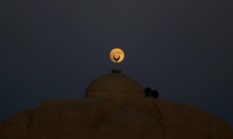 La superluna ilumina el desierto de Al Fayoum Governorate, en el Cairo (Egipto). REUTERS/Amr Abdallah Dalsh
