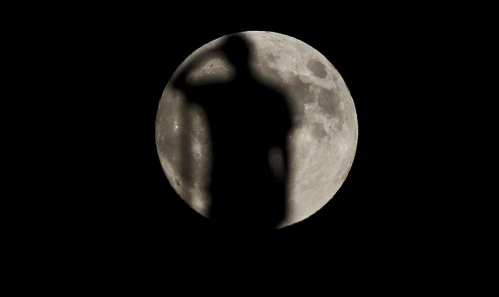 Un hombre, silueteado en el contraluz de la superluna, en Ronda (Málaga). REUTERS/Jon Nazca