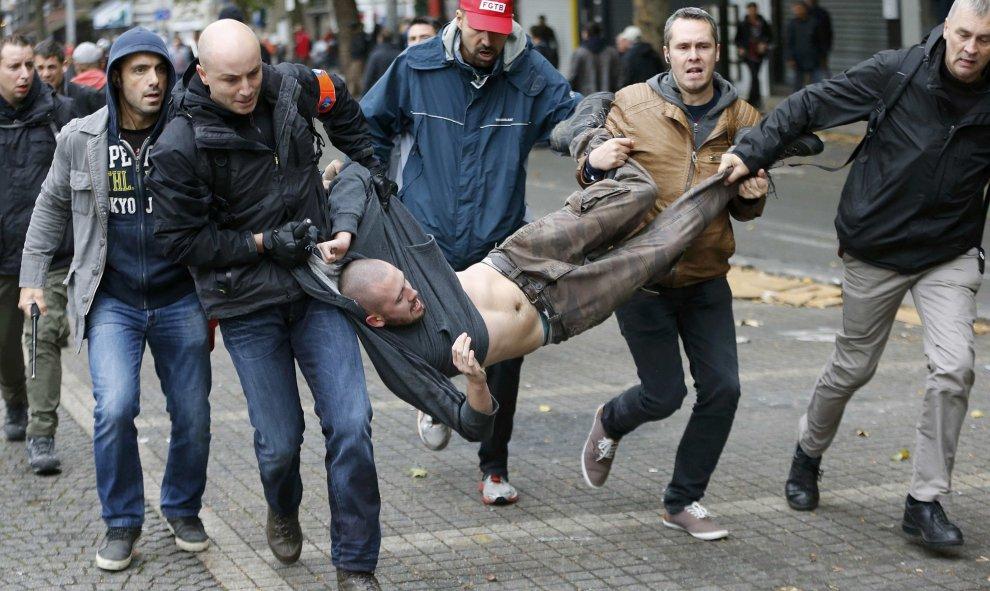 Bélgica: Huelga general. 100.000 personas en una manifestación contra los recortes. Al menos 20 heridos. 561554494aaa1