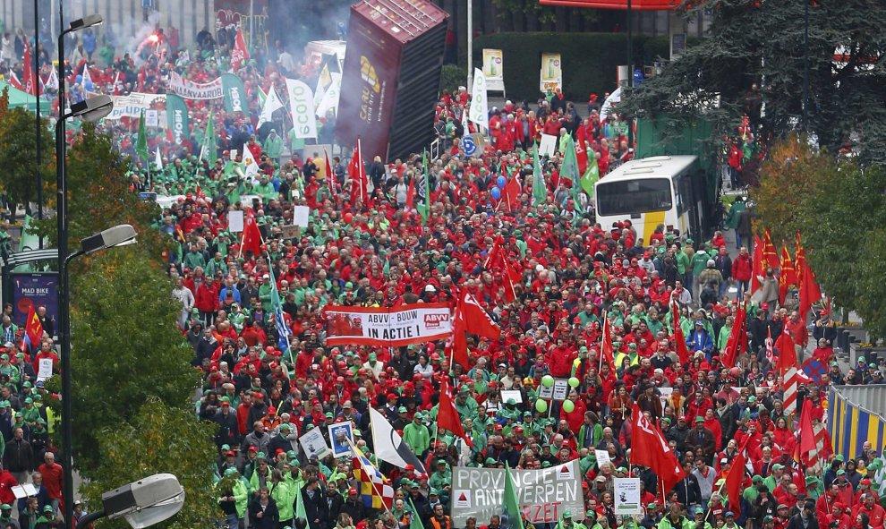 Bélgica: Huelga general. 100.000 personas en una manifestación contra los recortes. Al menos 20 heridos. 561554c762d07