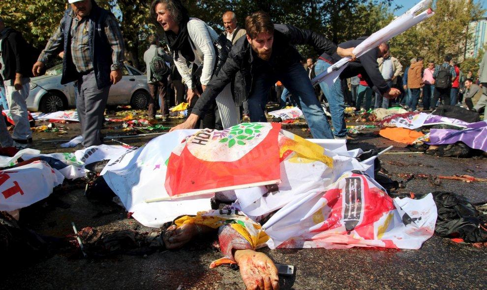 Turquía: Miles de personas denuncian la responsabilidad del Gobierno en el ataque en Ankara. Más de cien personas asesinadas en atentado con explosivos contra una marcha. 5618e987498fe