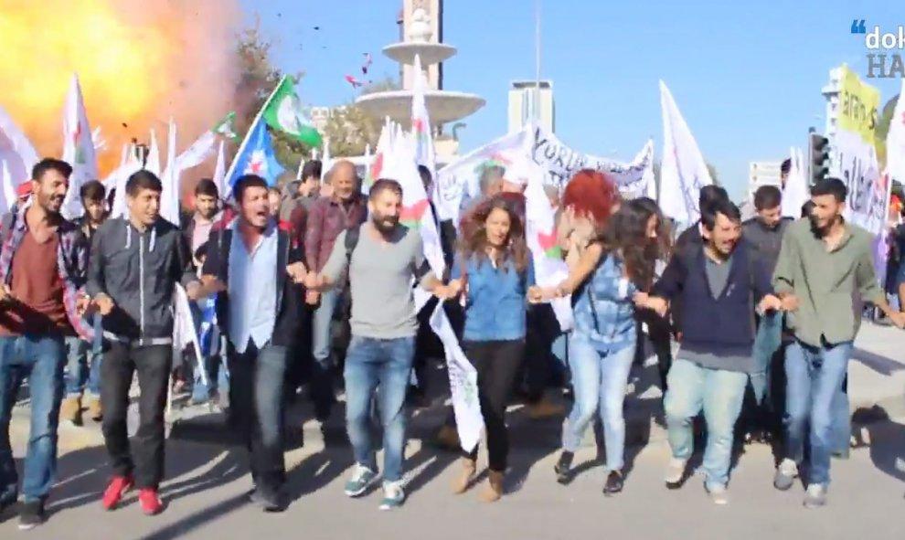 Turquía: Miles de personas denuncian la responsabilidad del Gobierno en el ataque en Ankara. Más de cien personas asesinadas en atentado con explosivos contra una marcha. 56196cd9b6333