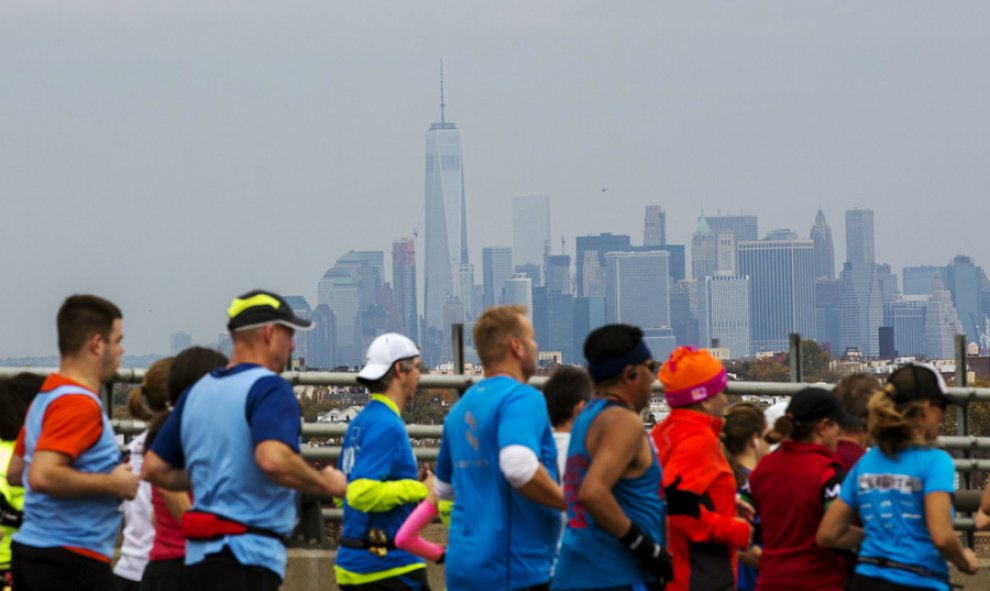 Corredores del maratón de Nueva York, con el One World Trade Center de fondo. REUTERS/Lucas Jackson