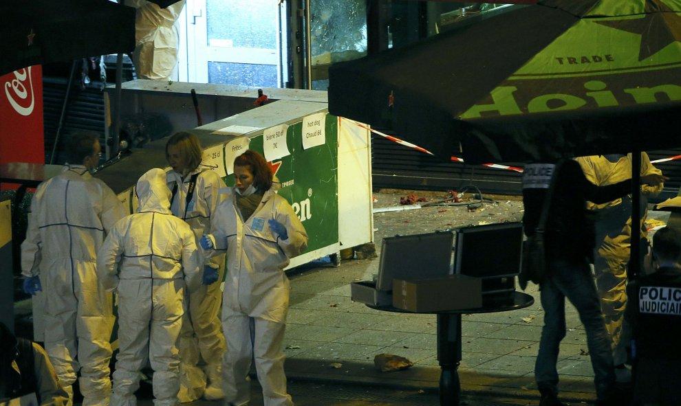 Investigadores de la Policía francesa trabajan en el exterior de uno de los establecimientos atacados durante los atentados yihadistas de París. REUTERS