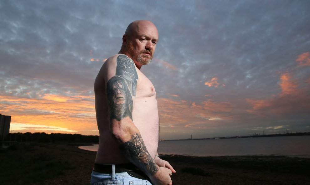 Dave Oldbury, fan de Star Wars posa con sus tatuajes. REUTERS/Paul Hackett