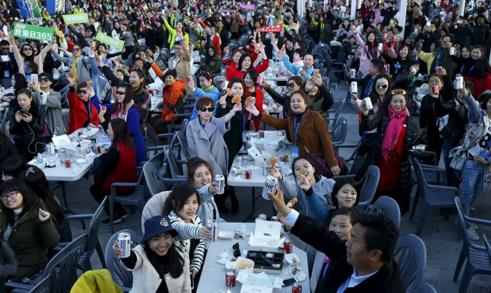 Turistas chinos disfrutan durante un evento organizado por una compañía china en un parque de Incheon, South Korea. REUTERS/Kim Hong-Ji