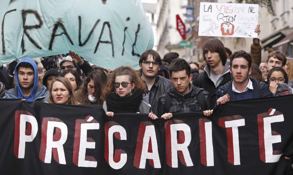 Universitarios franceses asisten a una manifestación en contra de la propuesta de la legislación laboral francesa. REUTERS