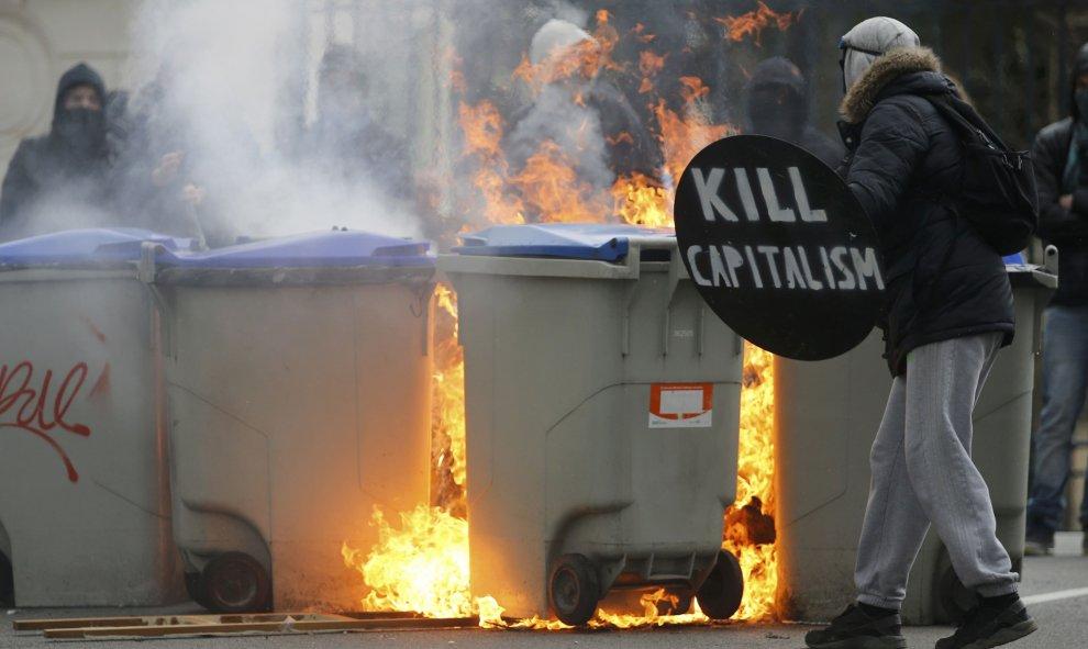Varios manifestantes enmascarados queman contenedores de basura durante una manifestación en contra de la reforma laboral francesa en Nantes, Francia. REUTERS / Stephane Mahe