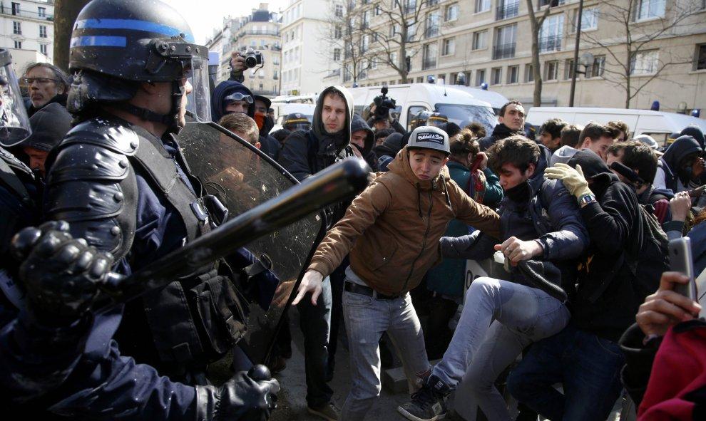 Las principales organizaciones estudiantiles francesas convocaron hoy una nueva jornada de manifestación contra la reforma laboral del presidente, François Hollande, que comenzó con el bloqueo de institutos y universidades a primera hora.- REUTERS