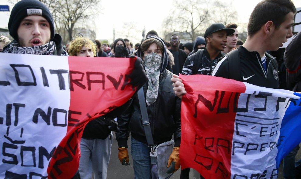 Manifestantes participan en una protesta contra la reforma laboral del presidente, François Hollande, en París. EFE/ETIENNE LAURENT