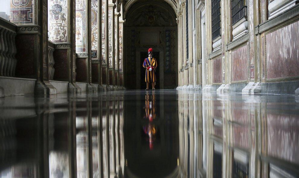 Un guarda suizo hace guardia en el Vaticano. REUTERS/Alessandro Di Meo