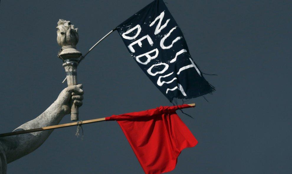 Banderas en la Plaza de la República durante la Nuit Debout en Paris. REUTERS/Philippe Wojazer