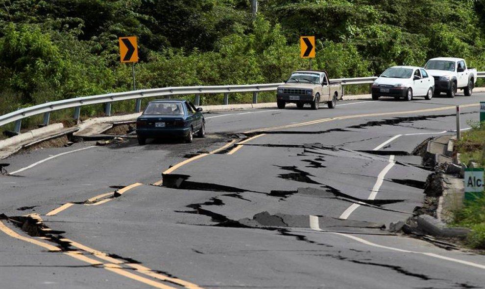El terremoto de Ecuador ha dejado varias vías en mal estado y muchos vehículos permanecen sobre ellas. EFE/José Jácome