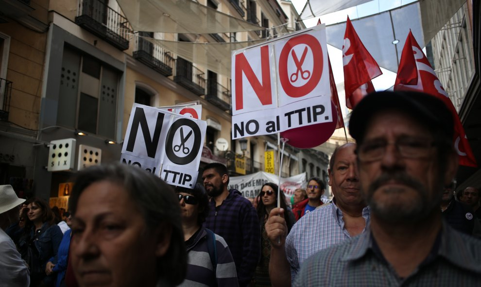 Carteles contra el TTIP en las manifestación de Madrid.- JAIRO VARGAS