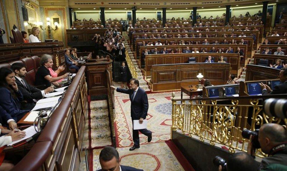 El presidente del Gobierno en funciones, Mariano Rajoy, sube al estrado para su intervención esta tarde en el Congreso de los Diputados, en la primera jornada del debate de investidura al que se somete. EFE/Juan Carlos Hidalgo