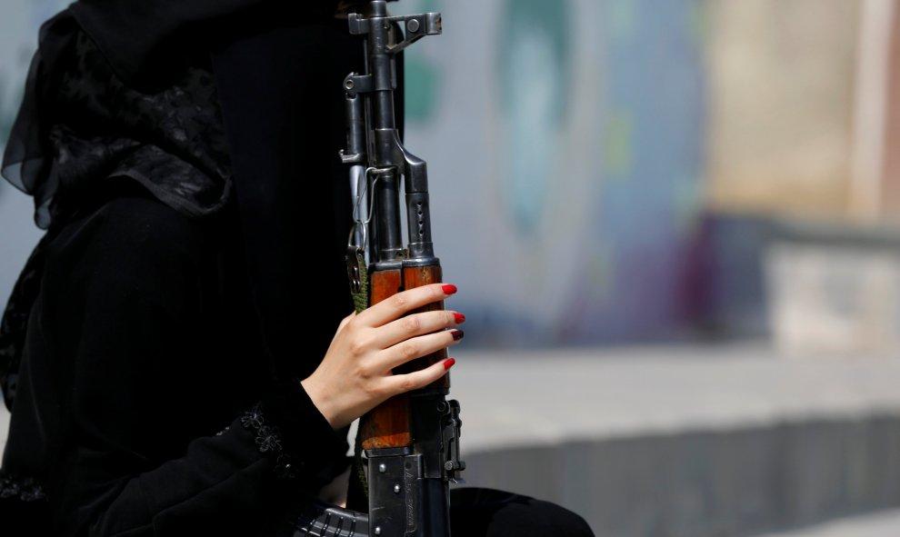 Una mujer leal al movimiento Houthi sostiene un rifle mientras participa en un desfile para mostrar su apoyo al movimiento en Sanaa, Yemen. REUTERS / Khaled Abdullah