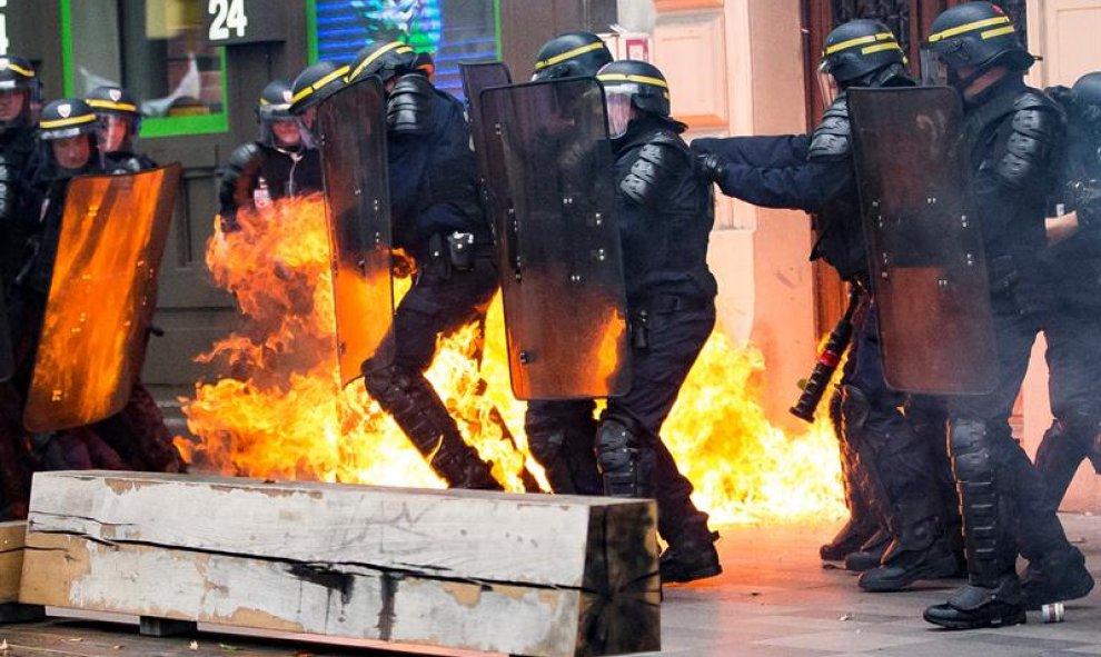 Un cóctel mólotov explota al lado de varios policías durante una manifestación contra la nueva reforma laboral en París, Francia, hoy 15 de septiembre de 2016. Los sindicatos franceses han convocado para hoy la primera gran jornada de movilizaciones tras