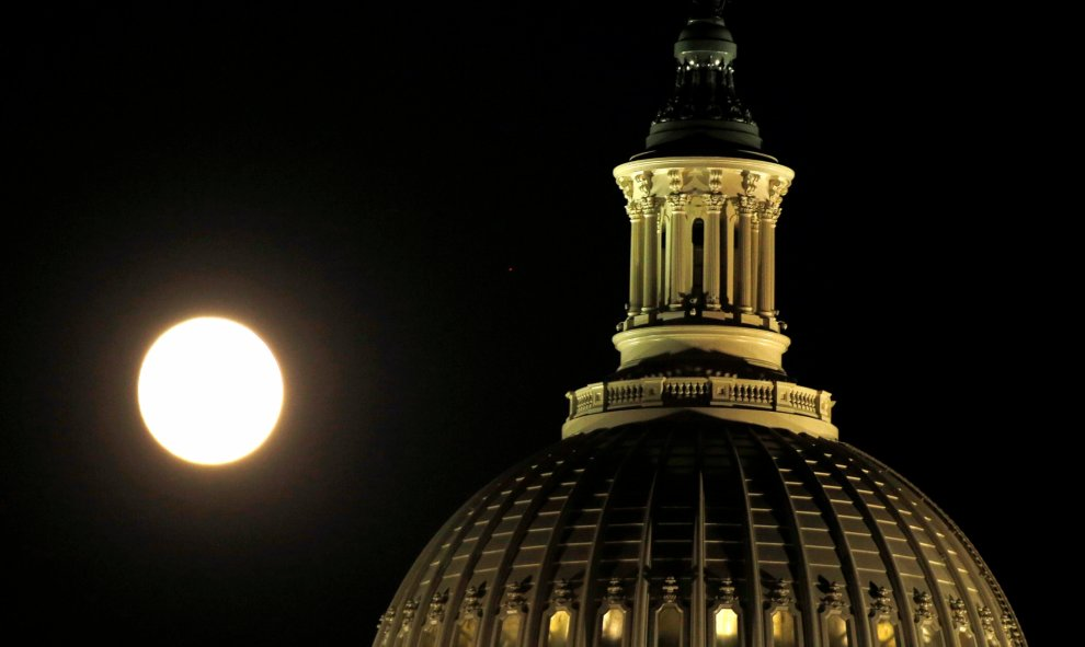 La superluna desde el Capitol en Washington / REUTERS