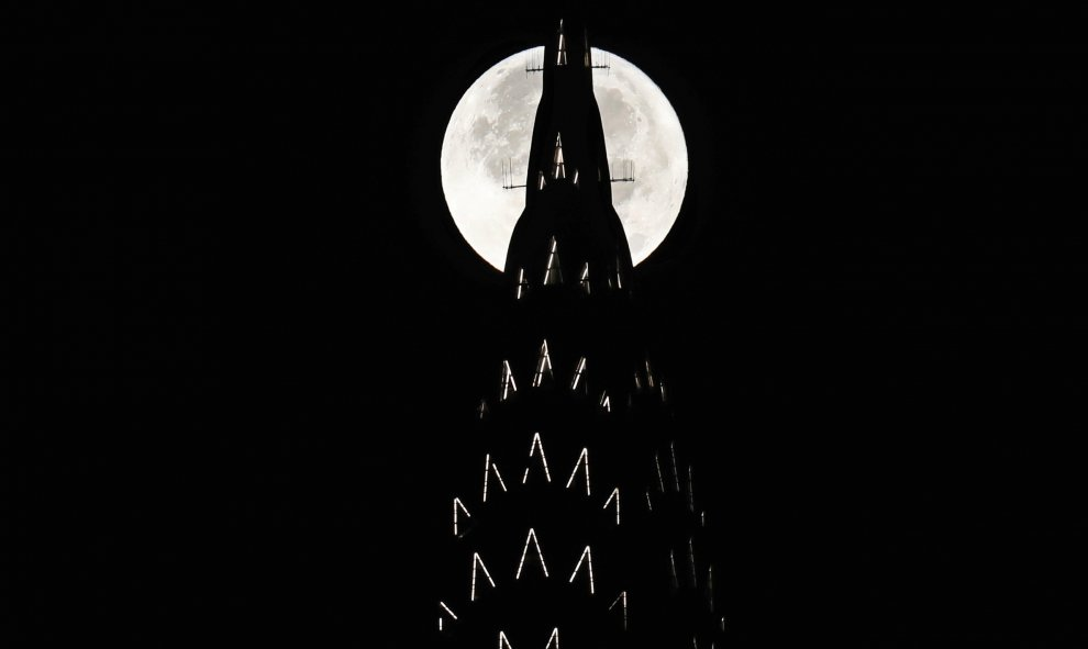 La superluna desde el edificio Chrysler de Nueva York / REUTERS