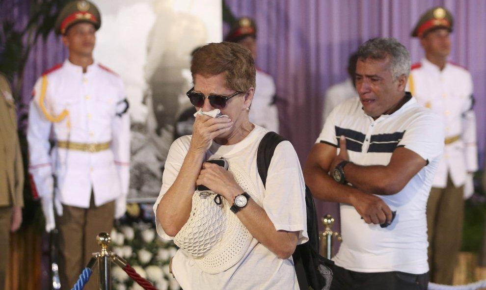 Las reacciones de la gente ante el fallecido líder cubano Fidel Castro, en su homenaje en la Plaza de la Revolución de La Habana (Cuba). REUTERS