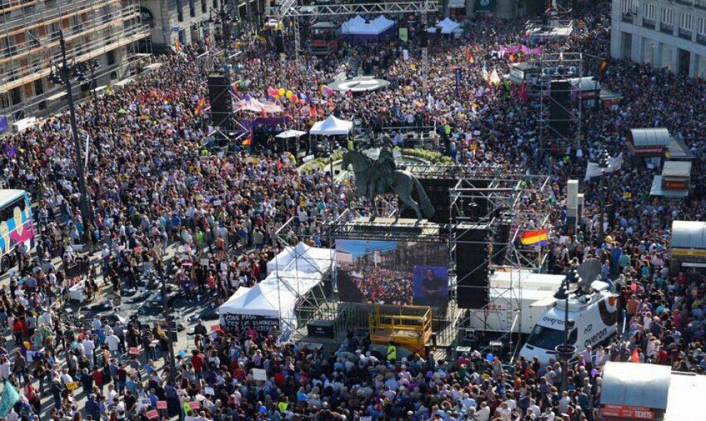 Miles de personas participan en la Puerta del Sol de Madrid en la concentración convocada por Podemos en favor de las mociones de censura contra el jefe del Ejecutivo, Mariano Rajoy, y la presidenta de la Comunidad de Madrid, Cristina Cifuentes. EFE/Emili