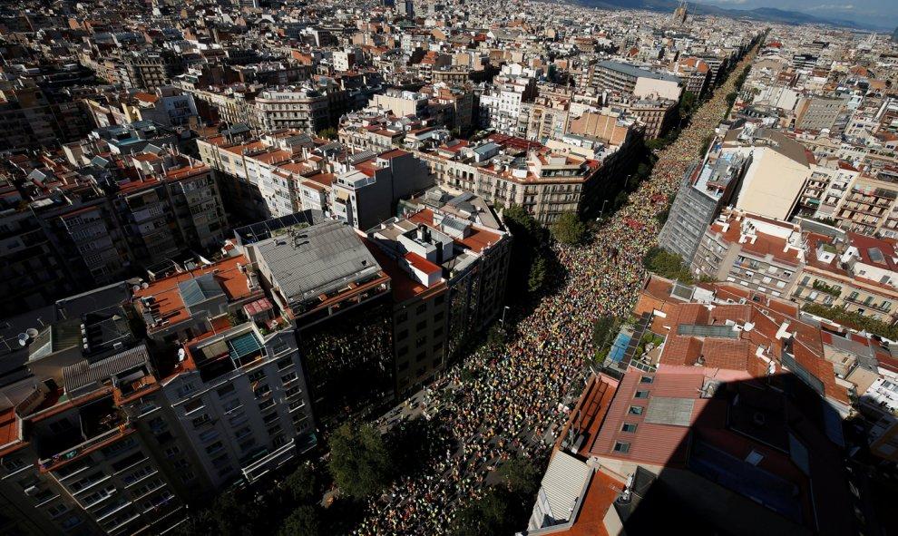 Los convocantes habían llamado a llenar dos de las principales arterias del centro de Barcelona, el Paseo de Gracia y la calle de Aragón. Dos calles perpendiculares, con la idea de formar un gran signo '+', símbolo positivo, de la voluntad de sumar / RE