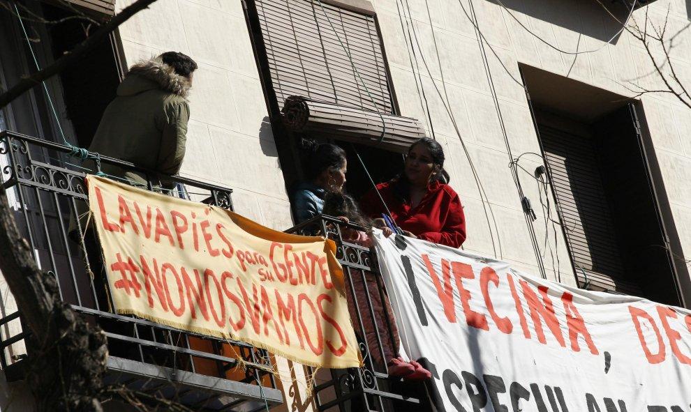 Balcones del barrio de Lavapiés con carteles en contra de los deshaucios en el barrio en el mismo día que activistas de la plataforma 'Stop Desahucios'. Eduardo Parra Europa Press