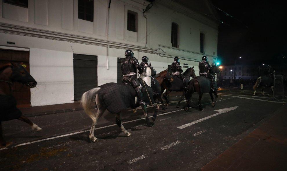 Policías a caballo en las calles de Quito. EFE/ José Jacome