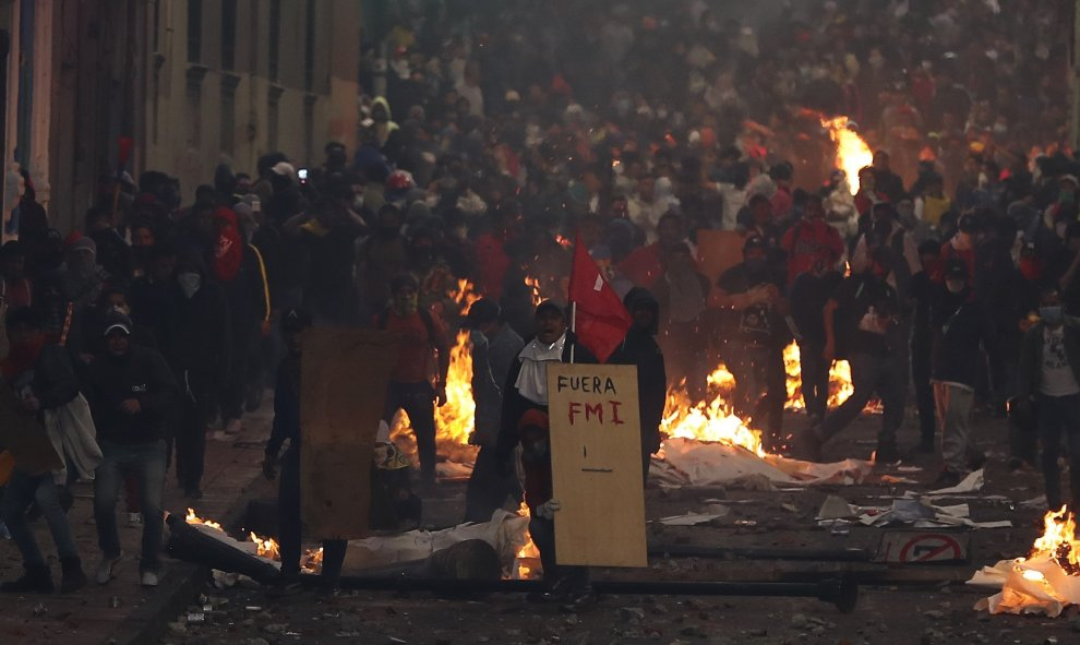 Manifestantes se enfrentan con las autoridades este lunes en Quito.  EFE/ José Jacome