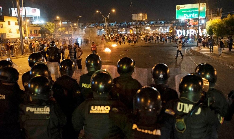 La policía vigila a los manifestantes. REUTERS/Santiago Arcos