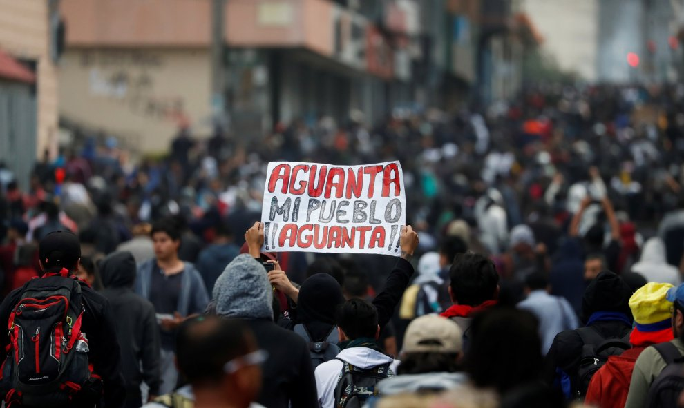 Una persona sostiene un cartel en una manifestación.  REUTERS/Carlos Garcia Rawlins
