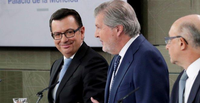El ministro de Economía Román Escolano (i), el ministro Portavoz Iñigo Méndez de Vigo (c), y el ministro de Hacienda Cristóbal Montoro, durante la rueda de prensa posterior al Consejo de Ministros, celebrado en el Palacio de La Moncloa. EFE/Zipi