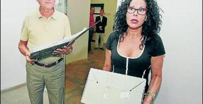 Lucía Izquierdo, junto a su abogado Carlos Candela.