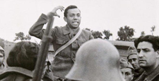 Fotografía del poeta arengando a sus compañeros en el frente. Prisma
