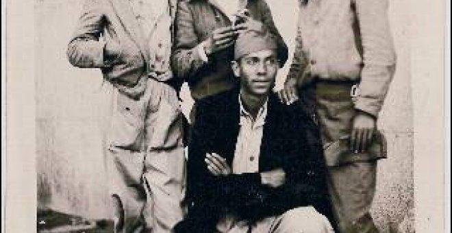 El poeta junto a compañeros milicianos