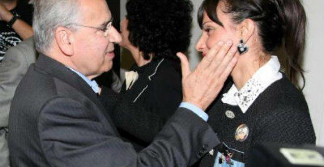 Alfonso Guerra saluda a la nieta de Miguel Hernández, María José.