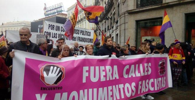 Manifestantes en la Puerta del Sol para exigir que se retiren los nombres de calles y símbolos franquistas / SARA PLAZA