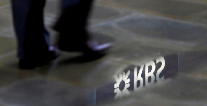 El logo del Royal Bank of Scotland (RBS) reflejado en un charcho en Londres. REUTERS/Stefan Wermuth