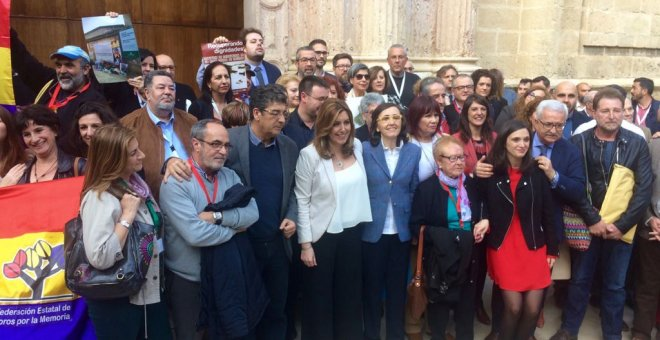 Susana Díaz, junto a colectivos memorialistas y víctimas de la dictadura.- D.C.