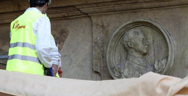 Salamanca retira el medallón de Franco de la Plaza Mayor. EFE