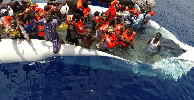 Inmigrantes rescatados en las costas de Libia por una embarcación de Save the Children. REUTERS/Stefano Rellandini