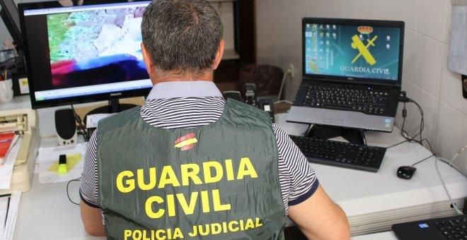 Un agente de la Guardia Civil inspecciona archivos en un ordenador EUROPA PRESS/GUARDIA CIVIL