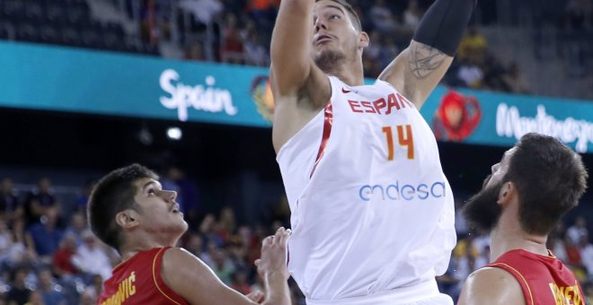 El pívot español Willy Hernangómez realiza un mate ante la defensa de los pívots montenegrinos Marko Todorovic y Bojan Dubljevic.EFE/Robert Ghement