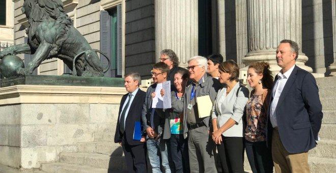 Víctimas del franquismo junto a diputados de Podemos, Compromís, En Comú Podem, EH-Bildu, ERC, En Marea y PdeCat.- EN MAREA